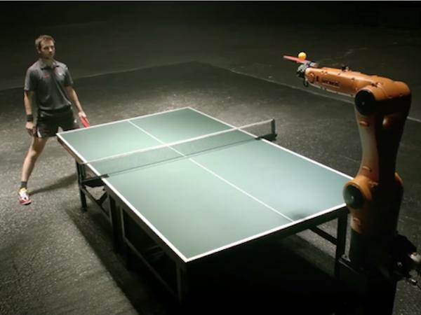 Image 1 : Un champion de ping pong défie une machine