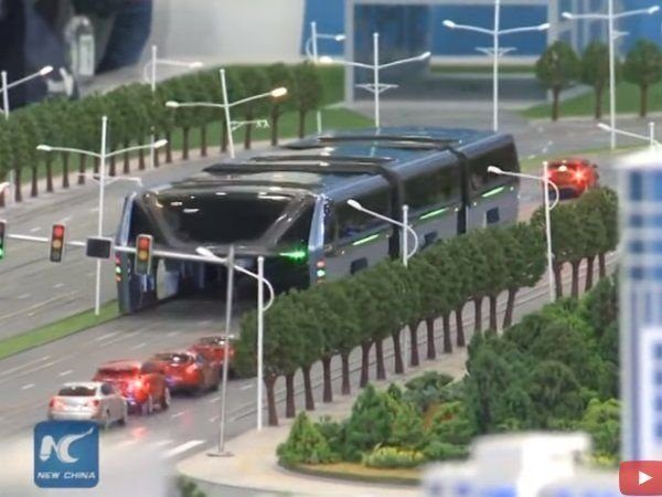 Image 1 : Ce bus chinois peut enjamber les voitures