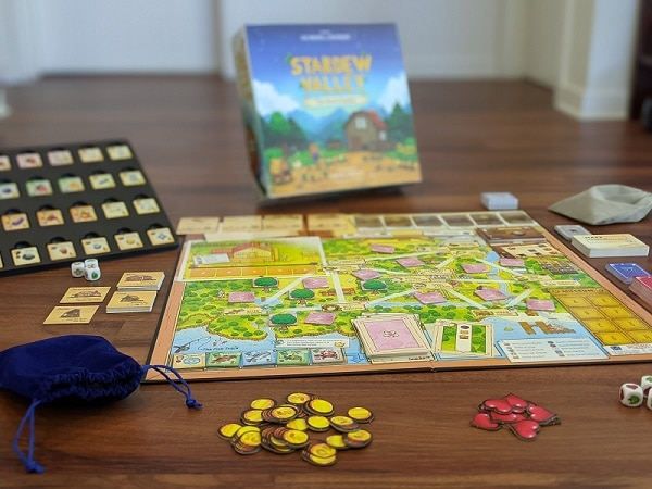 Le plateau, les jetons et les cartes de Stardew Valley : The Board Game