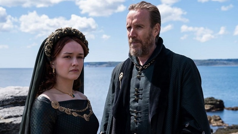 Alicent Hightower (Olivia Cooke) et son père Otto dans House of the Dragon
